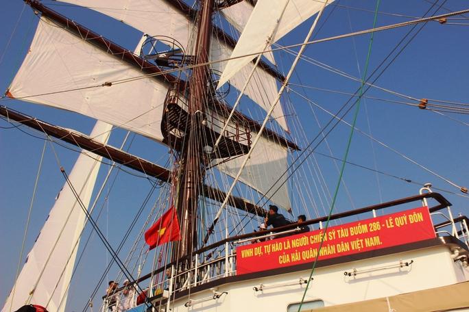 Lễ thượng cờ tàu Lê Quý Đôn