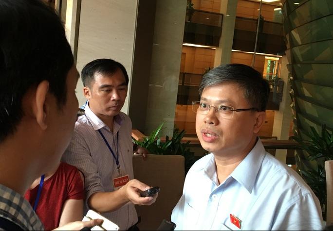 ĐBQH Nguyễn Sỹ Cương trả lời báo chí bên hành lang QH chiều 21-7 - Ảnh: Văn Duẩn