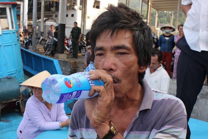 Thuyền trưởng tàu gặp nạn Nguyễn Tầm cho biết các thuyền viên đều bị suy kiệt sau 2 ngày đêm trên biển