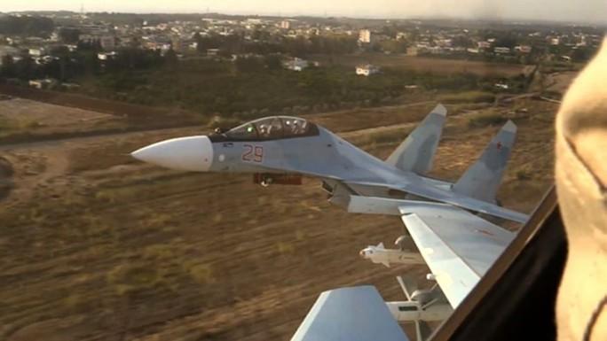 Máy bay Nga cất cánh từ căn cứ Hemeimeem ở Syria Ảnh: AP