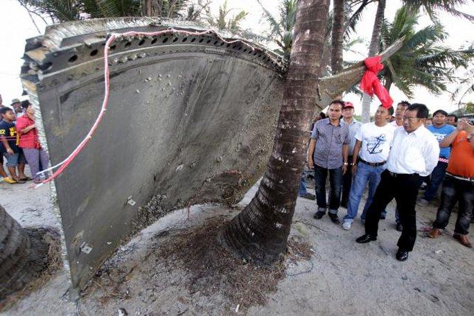 Mảnh vỡ được phát hiện trên bờ biển tỉnh Nakhon Si Thammarat – Thái Lan. Ảnh: REUTERS