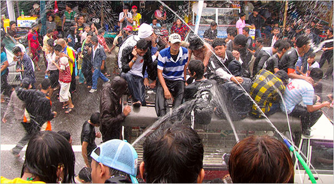 Lễ hội té nước ở Yangon – Myanmar. Ảnh: International Herald Tribune