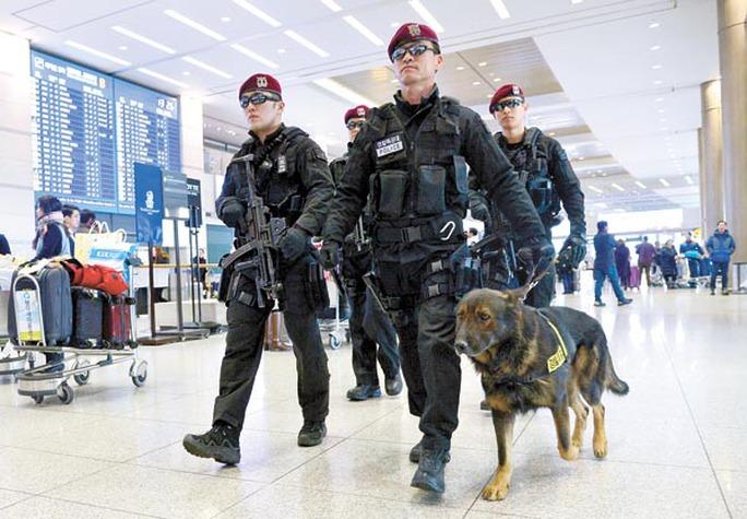 Lực lượng an ninh tìm kiếm tại sân bay Incheon. Ảnh: KOREA JOONGANG DAILY