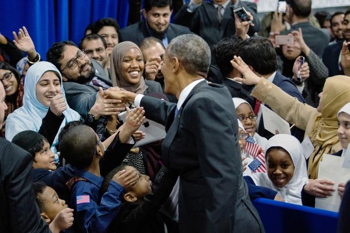 Tổng thống Barack Obama chào đón các gia đình người Hồi giáo sau buổi phát biểu tại nhà thờ Hiệp hội Hồi giáo Baltimore. Ảnh: THE NEW YORK TIMES
