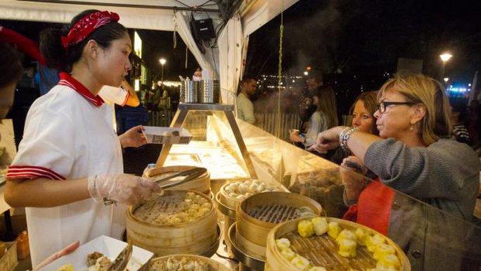 Một gian hàng ẩm thực tại lễ hội đón Tết Nguyên Đán ở Úc. Ảnh: SMH