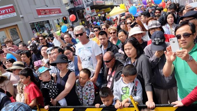 Người Úc cũng thưởng thức tiết mục múa lân và chờ xem đốt pháo ở Footscray.  Ảnh: SBS Vietnamese