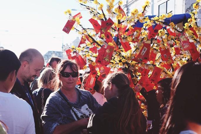 Nhiều người nước ngoài cũng đến hội chợ để tìm hiểu về Tết Việt. Ảnh: SBS Vietnamese