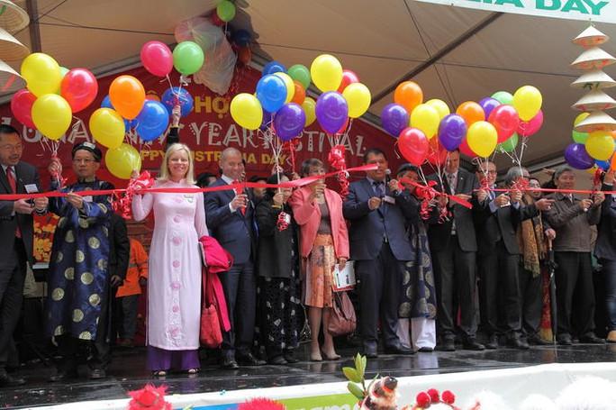 Lễ khai mạc hội chợ Tết Bính Thân ở khu Richmond. Ảnh: SBS