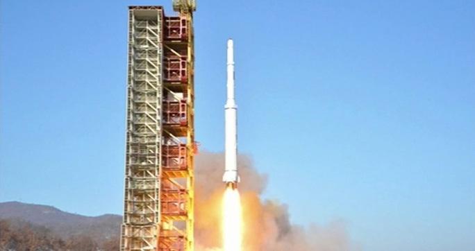 Hiện chưa biết liệu các vật thể Triều Tiên đưa vào không gian có đang phát đi tín hiệu hay không. Ảnh: EPA