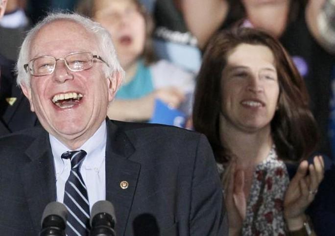Ông Bernie Sanders cười rạng rỡ sau chiến thắng trong cuộc bỏ phiếu ở New Hampshire. Ảnh: REUTERS
