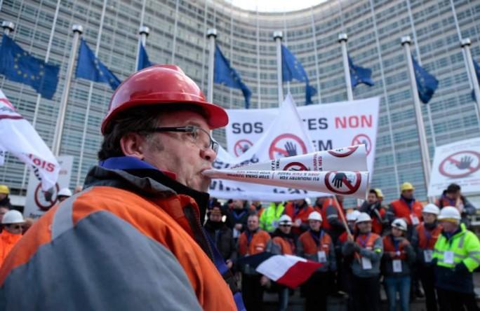 Những người làm việc trong ngành thép biểu tình ở đường phố tại thủ đô Brussels ngày 15-2. Ảnh: AP