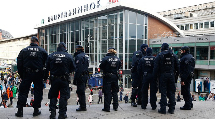 Bà Merkel bị chỉ trích vì chính sách mở cửa đối với người di cư. Ảnh: REUTERS