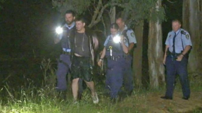 Sau 30 phút cố thủ dưới nước, người đàn ông này đã phải đầu hàng. Ảnh: ABC News