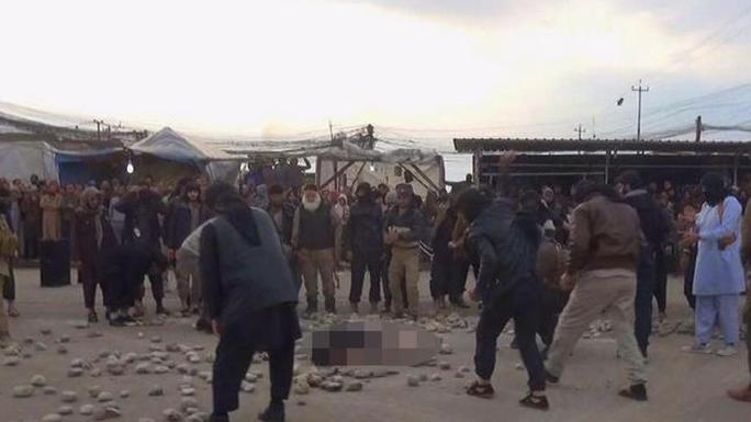 Đám đông tập trung xem một vụ hành quyết công khai tại TP Mosul – Iraq. Ảnh: News.com.au