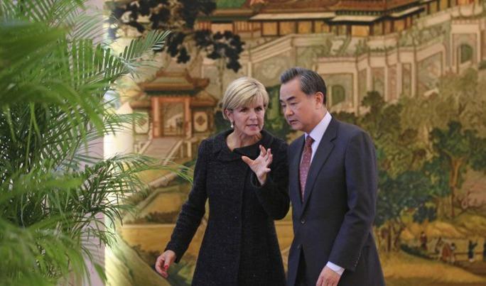 Bộ trưởng Ngoại giao Úc Julie Bishop hội đàm với người đồng cấp Trung Quốc Vương Nghị. Ảnh: SMH