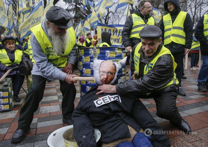 Người dân Ukraine biểu tình bên ngoài tòa nhà quốc hội yêu cầu Thủ tướng Arseniy Yatsenyuk từ chức. Ảnh: OBOZREVATEL/EPA