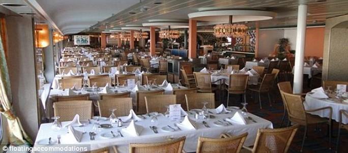 Nhà hàng trên tàu, nơi người nhập cư được Ban Nhập cư cung cấp 3 bữa 1 ngày. Ảnh: floatingaccomodations.