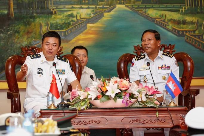 Đô đốc Tea Vinh và chuẩn đô đốc Du Mãn Giang (trái) Ảnh: THE CAMBODIA DAILY