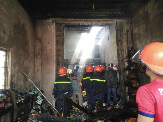 Hàng hóa trong tiệm tạp hóa bị cháy rụi