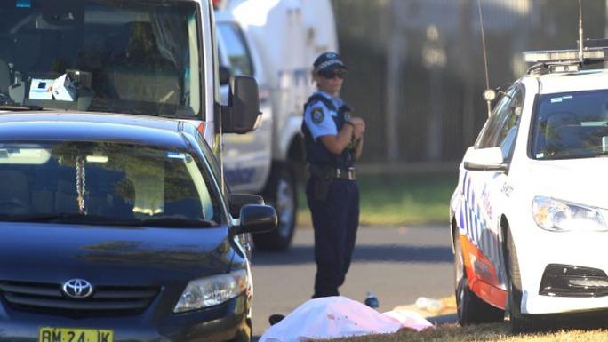 Cảnh sát canh giữ xác nạn nhân tại hiện trường vụ xả súng. Ảnh: James Alcock
