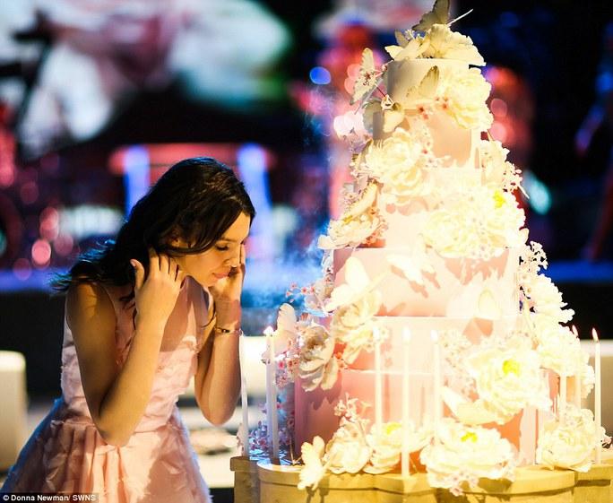 Cô gái 15 tuổi Maya Henry bên chiếc bánh sinh nhật hoành tráng.