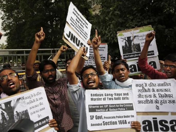 Người biểu tình phản đối nạn cưỡng hiếp tập thể tại Pakistan. Ảnh: AP