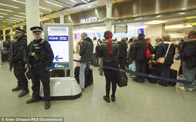 Lực lượng vũ trang được tăng cường khắp các địa danh nổi tiếng, sân bay và ga tàu điện ngầm. Ảnh: EPA, REX