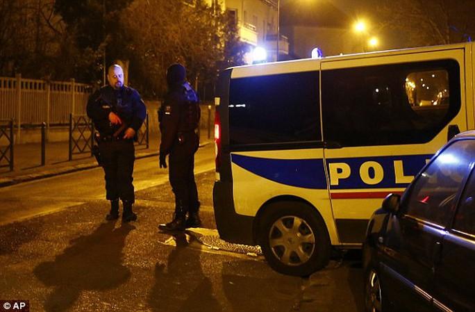 Bộ trưởng Nội vụ Pháp Bernard Cazeneuve khẳng định nghi phạm Pháp mới bị bắt dính líu tới một mạng lưới khủng bố. Ảnh: AP