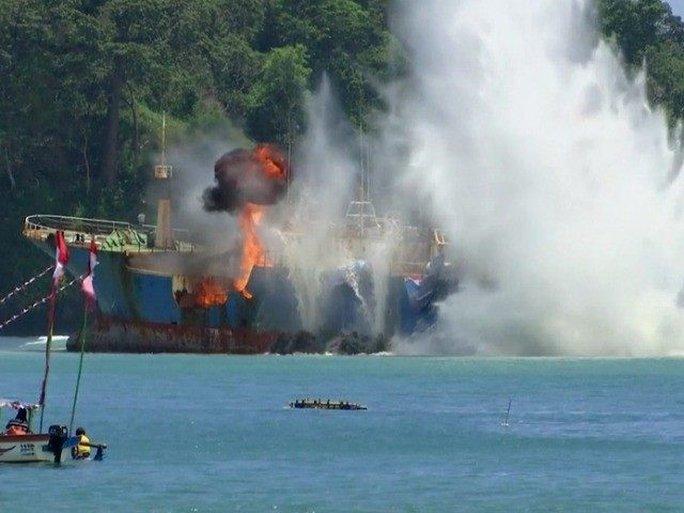 Chính quyền Indonesia cho đánh chìm tàu cá nước ngoài đánh bắt phi pháp. Ảnh: AP