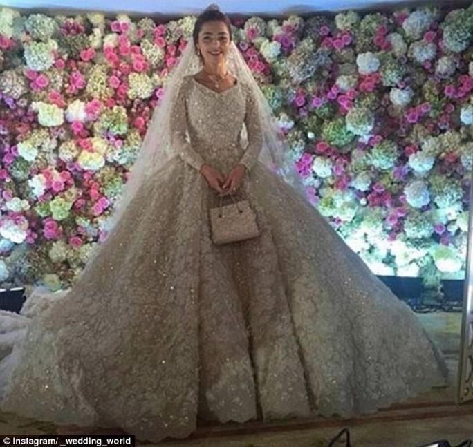 Bộ váy cưới lộng lẫy nhập khẩu từ Paris – Pháp của cô dâu. Ảnh: Instagram