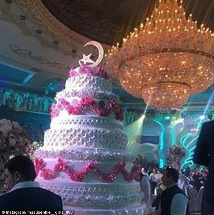 Bánh cưới cao tám tầng hết sức sáng tạo của cặp đôi. Ảnh: Instagram