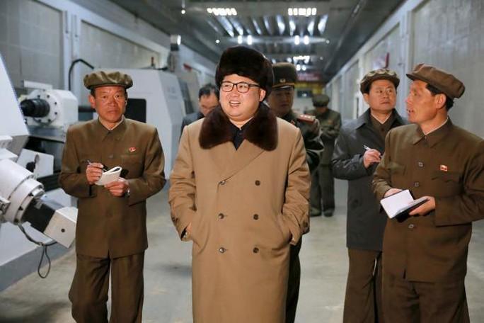 Nhà lãnh đạo Triều Tiên Kim Jong-un thị sát khu công nghiệp phức hợp Ryongsong ngày 2-4 Ảnh: REUTERS