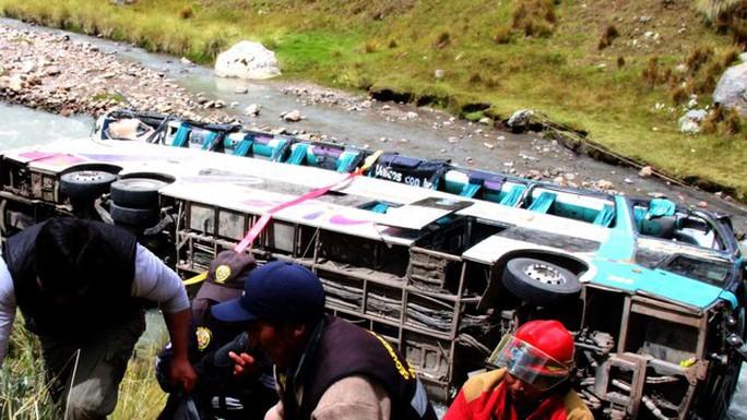 Xe buýt rơi xuống sông Mapacho. Ảnh: RTE