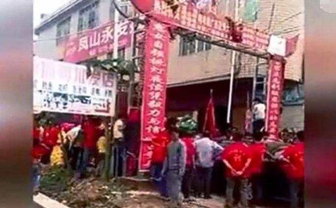 Khung cảnh hỗn loạn khi khách mời của 2 đám cưới lao vào ẩu đả hôm 10-4. Ảnh: SCMP