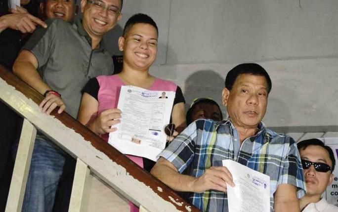 Ứng viên tổng thống Philippines Rodrigo Duterte và con gái Sara Duterte. Ảnh: Germelina Lacorte