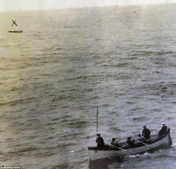 Những thủy thủ của tàu Oceanic tiếp cận chiếc xuồng trôi dạt trên mặt nước. Ảnh: HAldridge