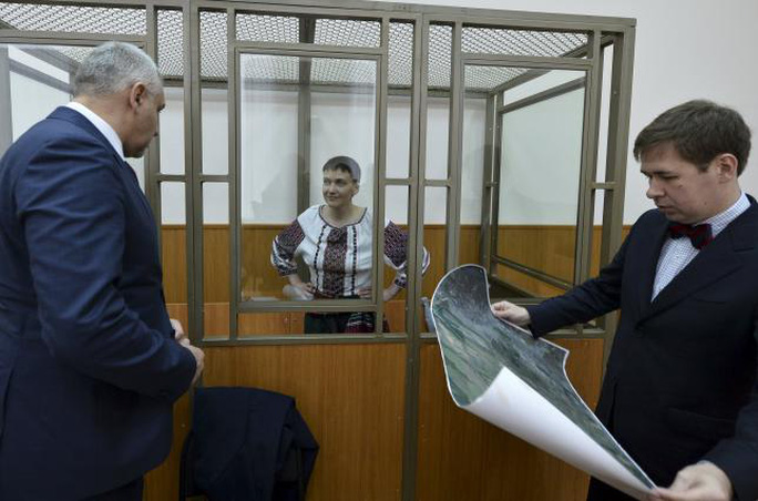 Nữ phi công người Ukraine Nadezhda Savchenko tại phiên tòa ở Donetsk, Nga. Ảnh: REUTERS
