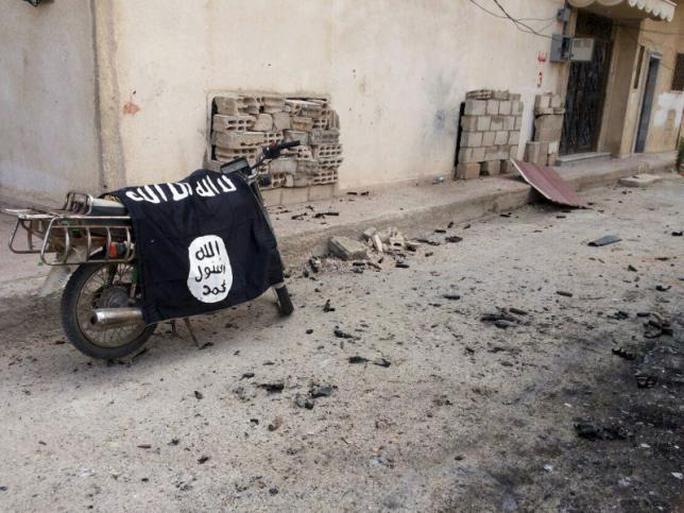Cờ IS trên một chiếc xe máy tại TP Palmyra – Syria. Ảnh: REUTERS