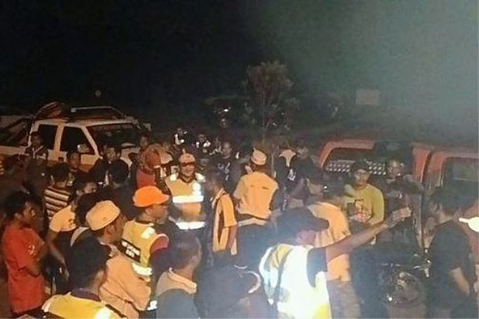 Lực lượng cứu hỏa tìm tung tích máy bay mất tích. Ảnh: THE STAR