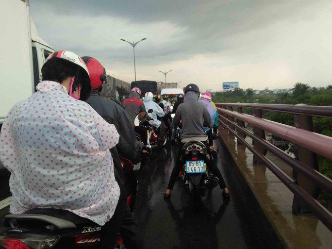 Các xe đổ dốc xuống cầu bị ùn ứ, ách tắc giao thông