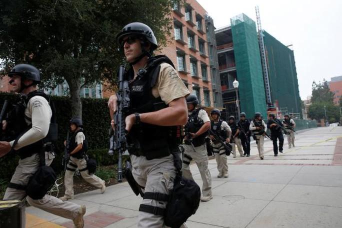 Cảnh sát Los Angeles kéo đến UCLA sau vụ nổ súng. Ảnh: Reuters