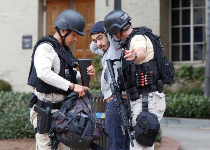 Cảnh sát lục soát đồ đạc một sinh viên trong trường. Ảnh: Reuters