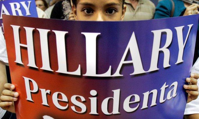 Một người ủng hộ bà Clinton trong chiến dịch tranh cử của bà ở Puerto Rico hồi tháng 5. Ảnh: AP