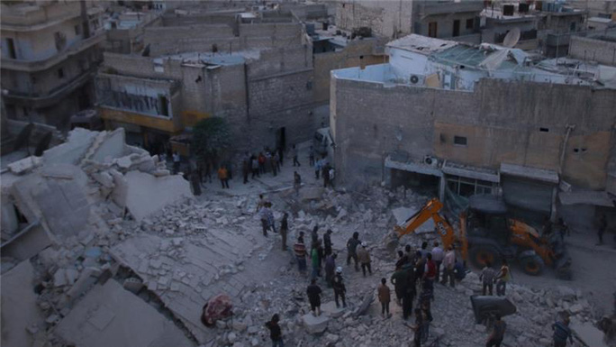 Khu dân al-Hallak do quân nổi dậy kiểm soát ở Aleppo bị không kích. Ảnh: Reuters