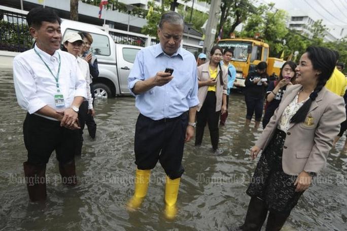 Ông MR Sukhumbhand Paribatra, thống đốc Bangkok (giữa). Ảnh: Bangkok Post