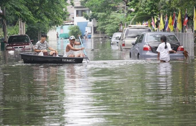 Người dân chèo thuyền trên đường phố Bangkok hôm 20-6. Ảnh: Bangkok Post