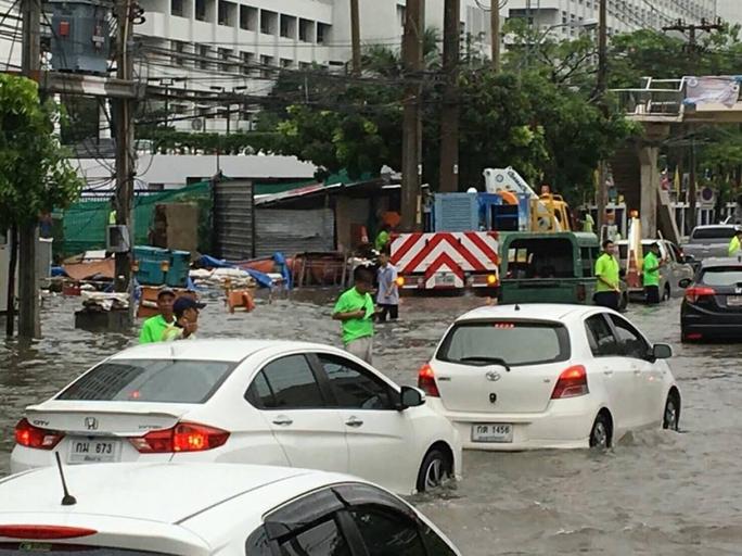 Các nhân viên cơ quan thoát nước hỗ trợ điều phối giao thông. Ảnh: BMA