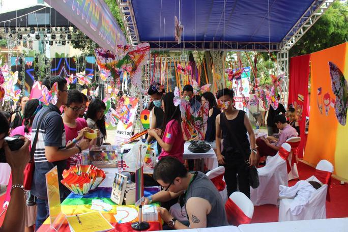 Các bạn trẻ tại một gian hàng của lễ hội