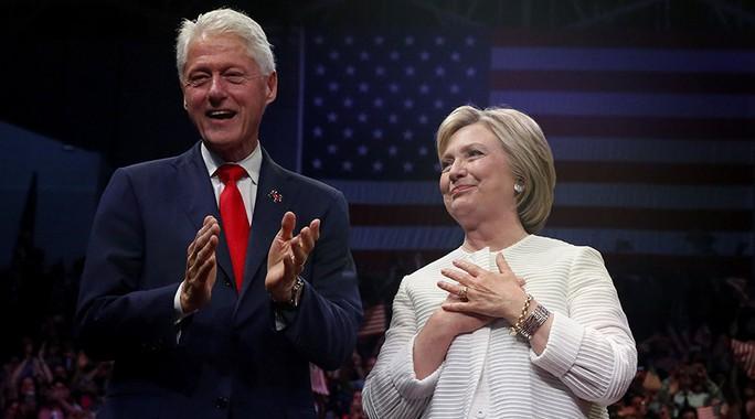 Vợ chồng cựu Ngoại trưởng Mỹ Hillary Clinton Ảnh: REUTERS