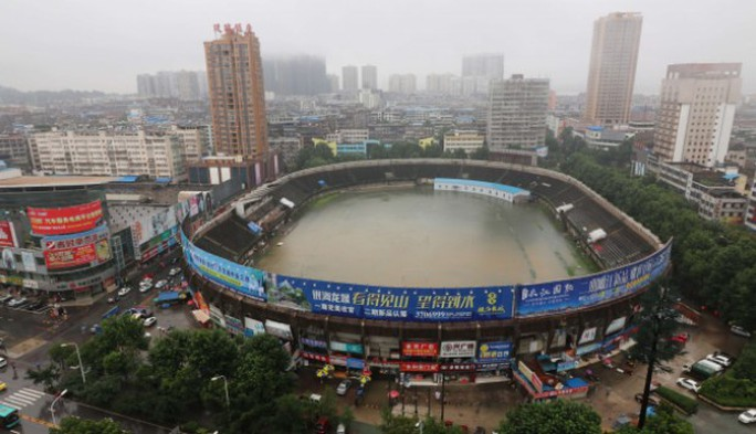 Mưa lớn biến một sân vận động thành hồ bơi. Ảnh: REUTERS